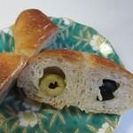 グッドモーニングベーカリー - 生地の中に2種類のオリーブを詰めて焼き上げたパンです。