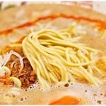 博多拉担麺 まるたん - 麺は博多豚骨系でよく見られる低加水の極細麺です。