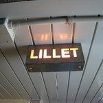 リレ - 開店中は入口のこの表示に明かりが灯っています