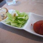 ワイン専門店 エノテカ バッカナーレ - 料理写真:ランチの前菜は3種(トマトのロースト、シーザーサラダ、クリームチーズのディップ)