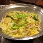 もつ料理津上 - 醤油ベースで優しい味のモツ鍋。