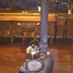 カフェ・ド・クレプスキュール - 寒い日は、薪ストーブの炎でホッコリします。