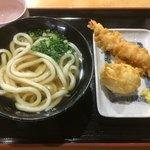 手打うどん 三徳 - かけうどん、半熟卵の天ぷら、海老天 合計で555円 薬味に天カスないのは時間的なものかな? 店内片付けてる時に来た(*'ω'*)
