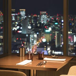 地上147mからの夜景と共にお食事をお楽しみください。