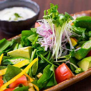 新鮮野菜の温玉シーザーサラダ