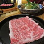 西新初喜 - お肉の皿はきっちり銘々というのは嬉しいです(笑)。