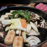 西新初喜 - 『すきやき』ではなく『すき鍋』です。 最初にお肉を焼き付けるスタイルではなく、野菜が煮えた割り下の中でしゃぶしゃぶする感じです。