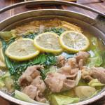 めんちゃんこ亭 - 料理写真:期間限定の『塩レモンもつ鍋めんちゃんこ』。牛もつが入っているので、お値段はお高めの880円(税抜)。