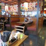 めんちゃんこ亭 - 店内はテーブル席がメインで、比較的ゆったりしているのも居心地が良いです。