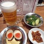81201732 - 生ビール500円(ザ・モルツ)、半熟味付け玉子100円、胡瓜ゴマだれ200円、食べるラー油50円
