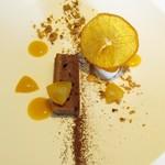 Cuisine Franco-japonaise Matsushima - 神戸酒粕ショコラ 濃い牛乳とホワイトチョコレートのソルベ  金柑のコンポート オレンジのチップ