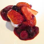 81203740 - 北区 森本さんの苺・紅ほっぺのバシュラン メレンゲ 生クリーム ベリーのソース