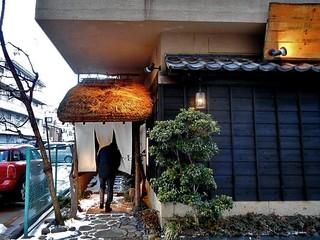 いかの墨 - 茅葺き屋根の小さな門