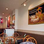 SWADISHT - マハラジャでしょうか? 刺繍のタペストリーが雰囲気を出します