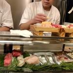 吉野鮨本店 - ネタケースには下拵えしたネタがぎっしり