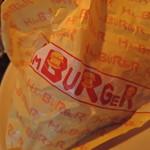 CADYS - 平皿プレートに、標準的ハンバーガーの包装紙。