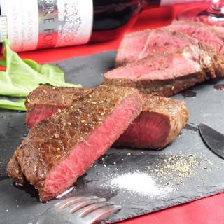自慢はなんといっても、肉厚ジューシーな肉料理!