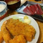 81236842 - 和楽ランチ1000円(税込)を注文しました!                       エビフライ、イカフライ、魚フライ、刺身or冷奴付き(今回は刺身)、ご飯 浅漬けとお味噌汁。