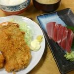81236843 - 和楽ランチ1000円(税込)を注文しました!                       エビフライ、イカフライ、魚フライ、刺身or冷奴付き(今回は刺身)、ご飯 浅漬けとお味噌汁。