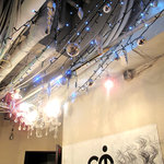 カフェ・テンポ - 剥き出しの天井に青いイルミネーションライトやシャンデリアがキラキラ。