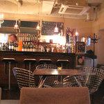 カフェ・テンポ - バーカウンターとテーブル席。周りは女子グループや若いカップル、合コングループで賑わっております。