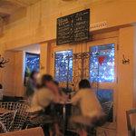 カフェ・テンポ - 天神の夜景が見える窓際のカップルシートもあるそうです。