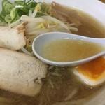 81242884 - スープは鶏ガラベースでコクがある                       うどん県民が好きな味かも