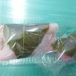 81246585 - 桜餅(左)と道明寺(右)