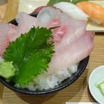 魚河岸千両 - 満足セットの小さな白身三色丼(ブリ・真鯛・かんぱち)