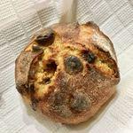 パンやきどころ RIKI - 天然酵母 マカダミアンナッツとホワイトチョコ ¥250+税