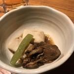 81250937 - お通し、牡蠣、高野豆腐、フキ。フキは1本食べた後。