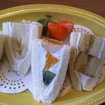 ラ・クンチーナ - 本日のフルーツサンド(バナナ,オレンジ,キウイ)380円