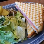 ラ・クンチーナ - くせになるハムチーズ(400円)