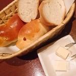 レストランバー DURAN - パン二種。ふわふわのバターロール美味しい~(*^。^*)