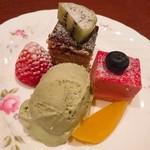 レストランバー DURAN - デザート盛り。ピスタチオのアイス・ケーキ2種。 アイスは美味しい!(^^)! ケーキは、、、よくある感じのプチケーキかなぁ、、??