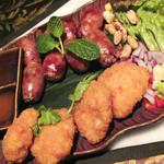 81257011 - サイクロークイサーンタイ産餅米入りソーセージとトードヌンプラーガライ魚の薩摩揚げ