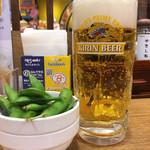 8番らーめん - 生ビールセット750円のビールと枝豆