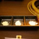 石垣和牛 銀星 - 左から「わさび塩」「えび塩」「シークワーサー塩」
