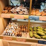 ベーカリー&カフェ ブルージン - 店内のパン
