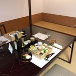 萩の宿 常茂恵 - 畳の上に置かれたテーブル席