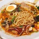 スパイスラーメン 点と線. - 麺は中太のちぢれ麺。スパイシーでおいしいスープがたっぷり絡む仕様。