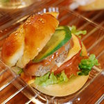 ドゥ・ソレイユ - パン屋さんのハンバーガー。国産小麦を使ったパンが美味しい逸品です(\230)