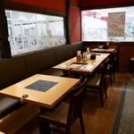 旬菜しゃぶ重 - テーブル席主体のモダンな空間