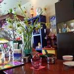 81287765 - 生け花が飾られた可愛らしく華やかな店内