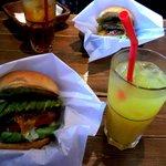 ザッツバーガーカフェ - アボカドチーズバーガー(R)、マンゴージュース