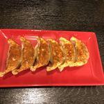 らーめん雷蔵  - 餃子、少しオイリーでしたが小さめな皮はパンパンに餡が詰められ焼かれた部分はカリカリおいしい。