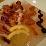 錦家 - 料理写真:丹波地鶏のもものたたき岩塩プレート