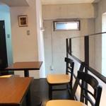ル ガリュウM - 内観・2階にコンパクトなカフェスペースあり