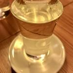 81302617 - グラスと受け皿に並々