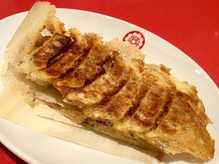 博多一口餃子ヤオマン - 「黒豚焼き餃子」(420円)。